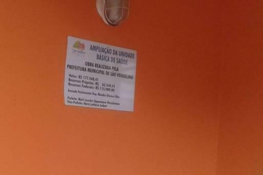 Não é possível atualmente registrar o nome de um deputado em placas de obras, mas, neste registro de 2014, no Rio Grande do Sul, o nome de um parlamentar é exibido em uma