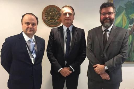 O embaixador Mario Vilalva (esq.), ao lado do presidente Jair Bolsonaro e do chanceler Ernesto Araújo, em foto de janeiro