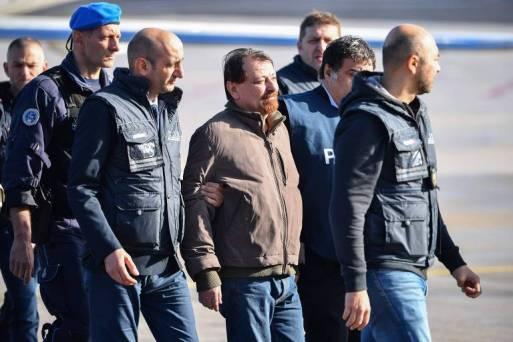 Terrorista Cesare Battisti é escoltado por policiais em sua chegada a Roma