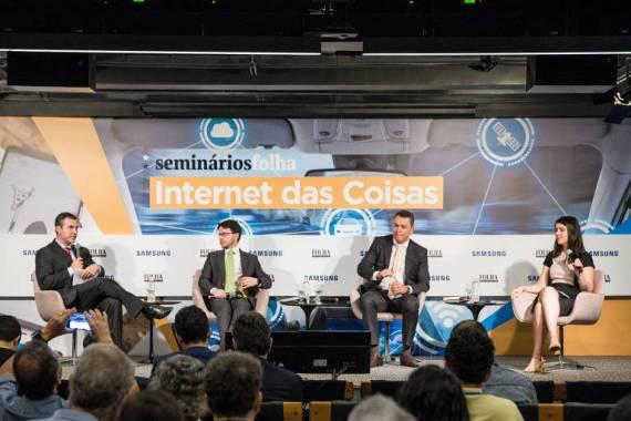 Nilo Pasquali (esq.), da Anatel; Mateus Adami, professor da FGV Direito SP; Márcio Cots, diretor jurídico da Abinc, e Paula Soprana, repórter da Folha, durante debate no seminário Internet das Coisas, realizado no auditório da Folha