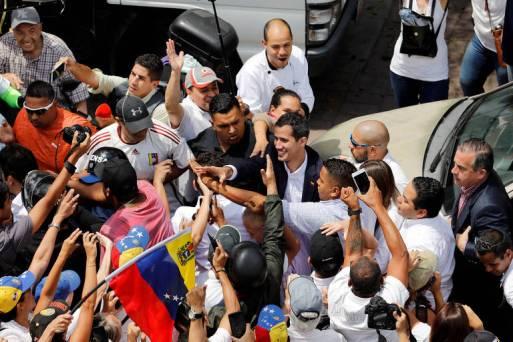 O líder oposicionista Juan Guaidó cumprimenta apoiadores durante protesto contra Maduro em Caracas