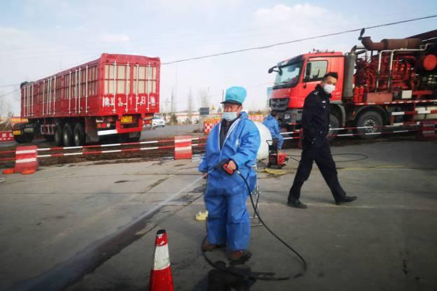 Desinfecção de veículos perto de fazenda na China em que foi detectado foco de peste suína africana