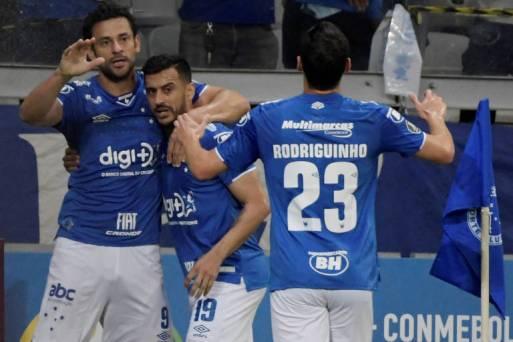 Jogadores do Cruzeiro, Fred e Rodriguinho, comemoram gol em jogo pela Libertadores