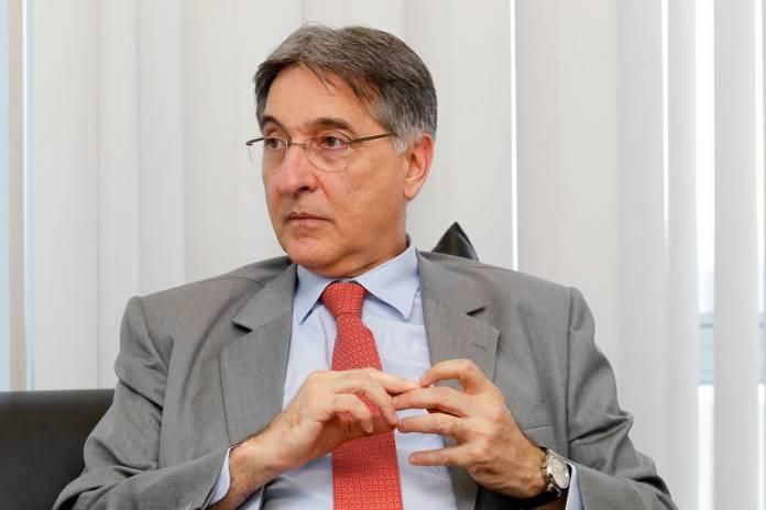 Durante o primeiro mandato de Dilma Rousseff, Pimentel chefiou o Ministério do Desenvolvimento, Indústria e Comércio. Deixou o cargo para se candidatar ao governo de Minas Gerais, em 2014