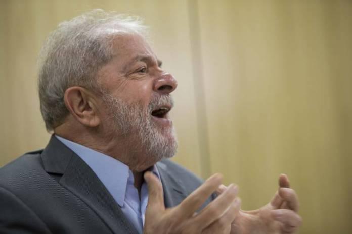 O presidente Lula concede sua primeira entrevista depois que foi preso; ele está há um ano na Superintendência da Policia Federal em Curitiba
