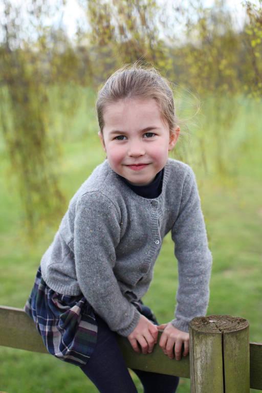 Palácio de Kensington divulga foto de Charlotte para comemorar o aniversário de quatro anos da princesa