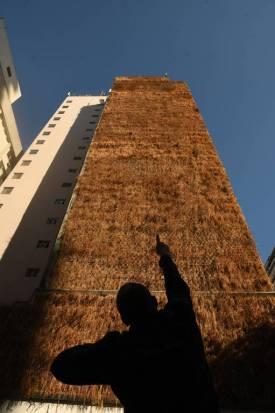 Resultado de imagem para Moradores do Minhocão vão à Justiça para retirar os jardins verticais sem manutenção na parede dos prédios