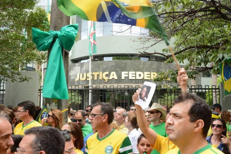 Manifestação a favor da Lava Jato e pelo projeto de Dez Medidas em frente à sede da Justiça Federal, em Curitiba