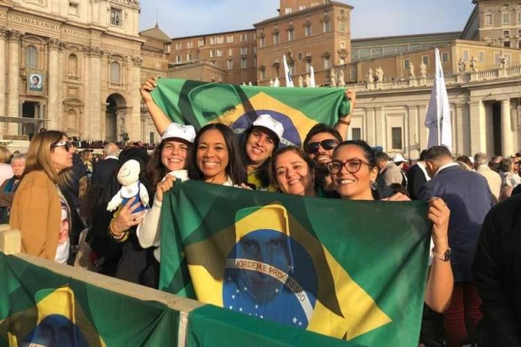 Grupo de Salvador que chegou na fila do Vaticano às 6h da manhã. A médica Marília Sentges (segunda da direita para a esquerda) teve sua carteira de trabalho assinada pela Irmã Dulce