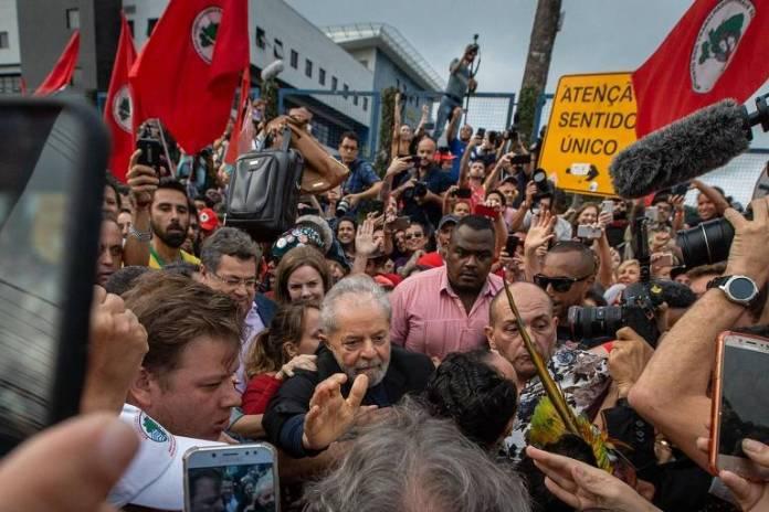 Depois de 19 meses preso, o ex-presidente Luiz Inácio Lula da Silva (PT) deixou a cadeia nesta sexta (8) após decisão da Justiça e foi recebido por apoiadores, que o aguardavam na frente da Polícia Federal em Curitiba.