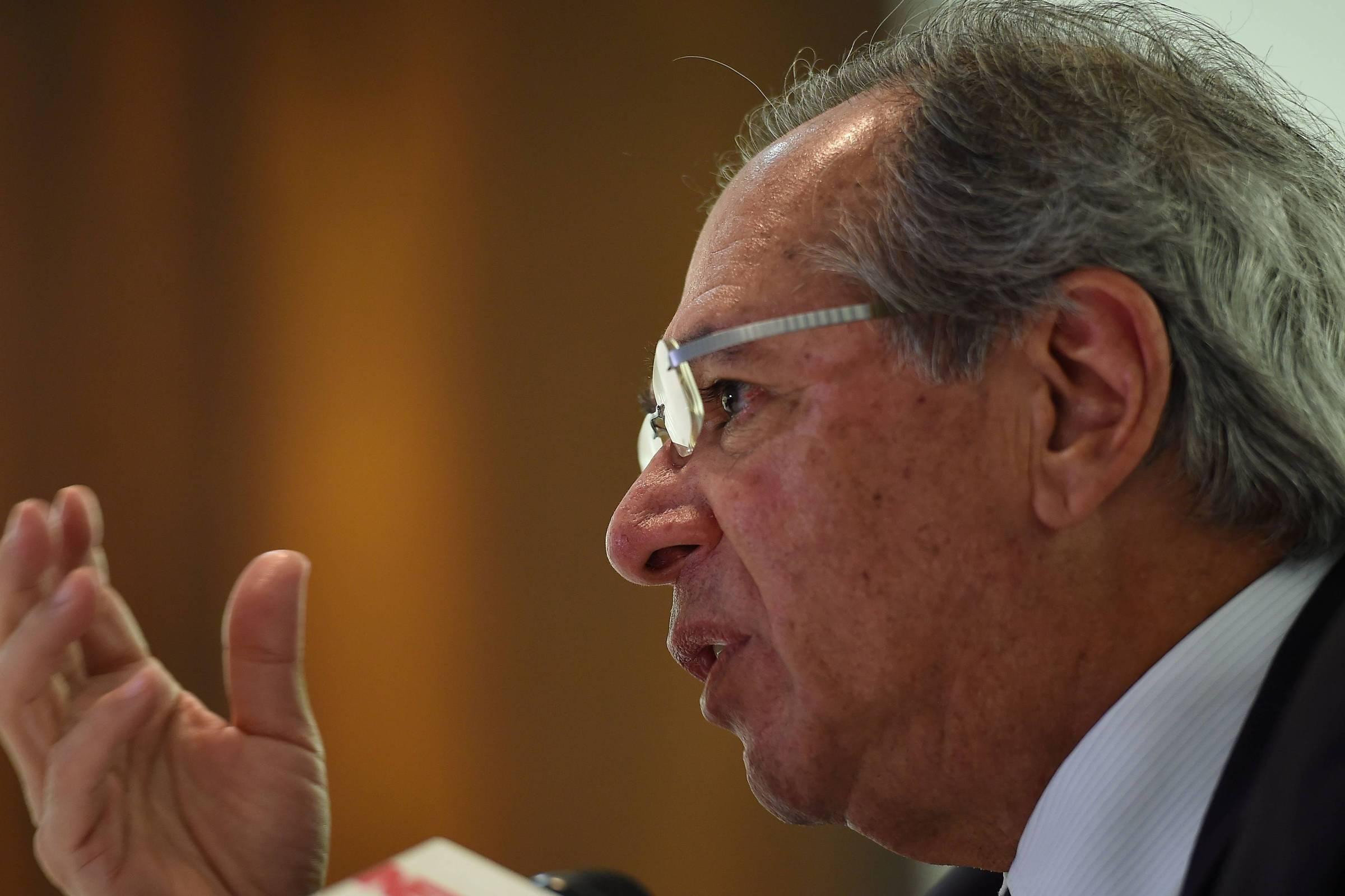 'Não se assustem se alguém pedir o AI-5', diz Guedes