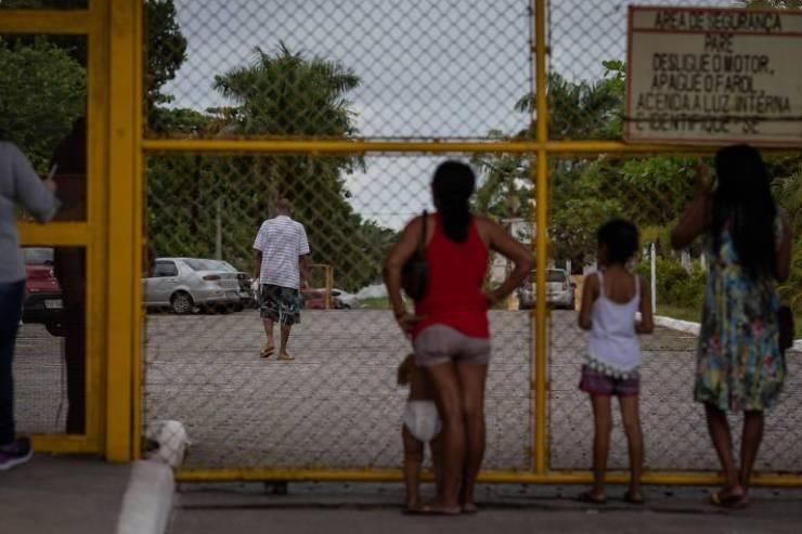 Família observa o detento Charles da Silva Barreto, 30, se entregar no CPP (Centro de Progressão Penitenciária) de Mongaguá, no litoral paulista