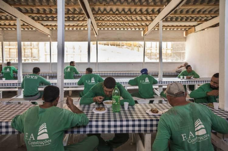 Obras continuam mesmo durante período de quarentena; operários de construção civil almoçam respeitando a distância recomendada em refeitório do canteiro de obra para erguer um prédio residencial na Freguesia do Ó, em São Paulo