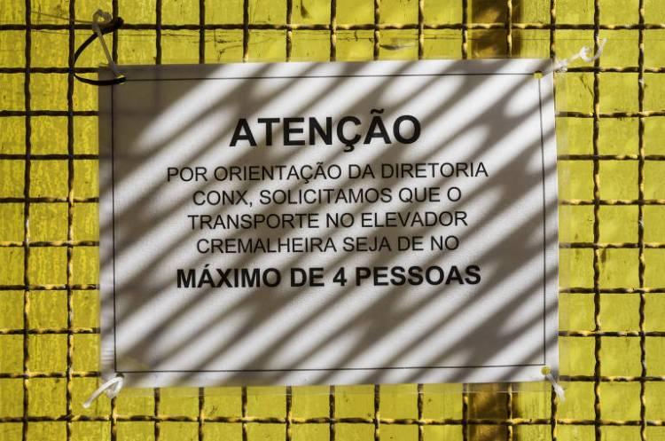 Obras continuam mesmo durante período de quarentena; aviso para evitar aglomeração de pessoas ao utilizar o elevador em uma obra no bairro Cidade Ademar, em São Paulo