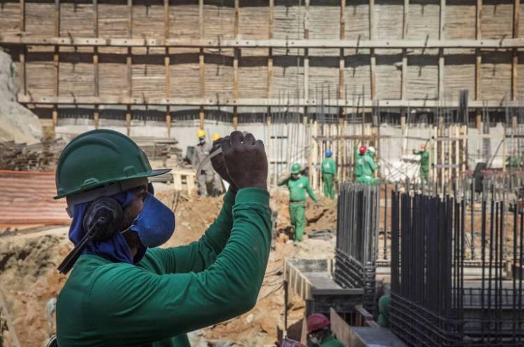 Obras continuam mesmo durante período de quarentena; usando  máscara, operário de construção civil observa os óculos na obra de fundação para erguer um prédio residencial de 28 andares da construtora Grupo Kallas, no bairro Freguesia do Ó, em São Paulo