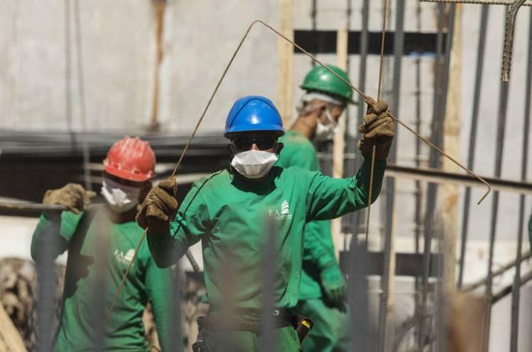 Obras continuam mesmo durante período de quarentena; usando  máscara, operários de construção civil trabalham na obra de fundação para erguer um prédio residencial na Freguesia do Ó, em São Paulo