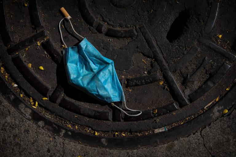 Máscaras descartadas nas ruas. Especialistas alertam para o risco de contaminação por Covid-19