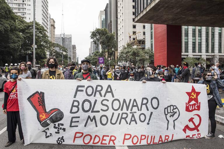 Manifestantes se concentram em frente ao MASP antes de sair em passeata em ato contra o governo Bolsonaro na Avenida Paulista, em Sao Paulo.