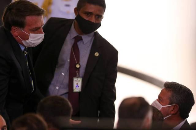 Sob desgaste político, o presidente Jair Bolsonaro passou a negociar cargos no governo com líderes e dirigentes partidários do chamado centrão, em busca de apoio no Congresso e para tentar blindar eventual abertura de processo de impeachment