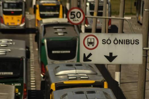 Ônibus trafegam por corredor exclusivo em São Paulo