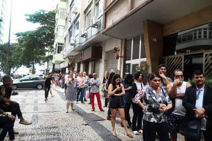 Fila de eleitores em Copacabana, na zona sul do Rio, na eleição de 2018; Justiça Eleitoral planeja medidas para evitar aglomeração na votação deste ano