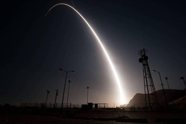 Foguete intercontinental deixa rastro brilhante no céu escuro durante teste nos Estados Unidos