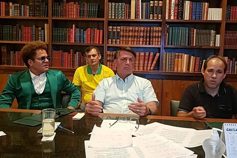 Jair Bolsonaro faz live na noite de Natal acompanhado do artista Romero Britto