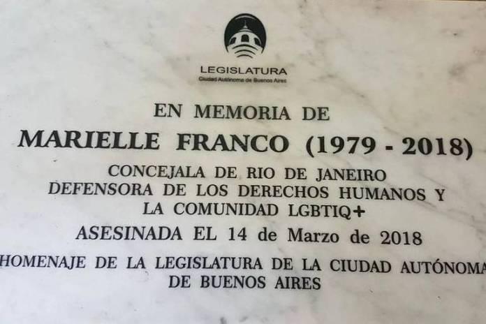 Placa em homenagem à vereadora Marielle Franco que será colocado no metrô de Buenos Aires