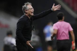 Ariel Holan durante jogo do Santos na Libertadores
