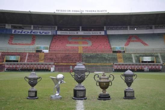 Taças recuperadas pela Portuguesa são levadas para o estádio do Canindé
