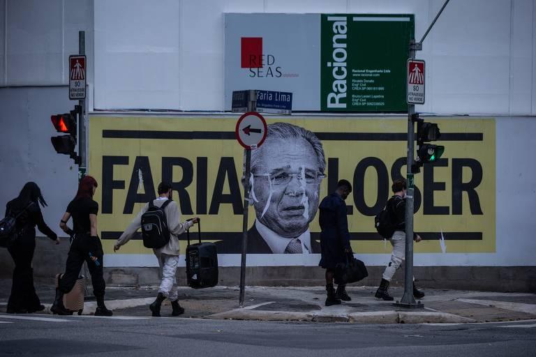 'Faria loser': cartazes forçados a Guedes aparecem em avenida de São Paulo