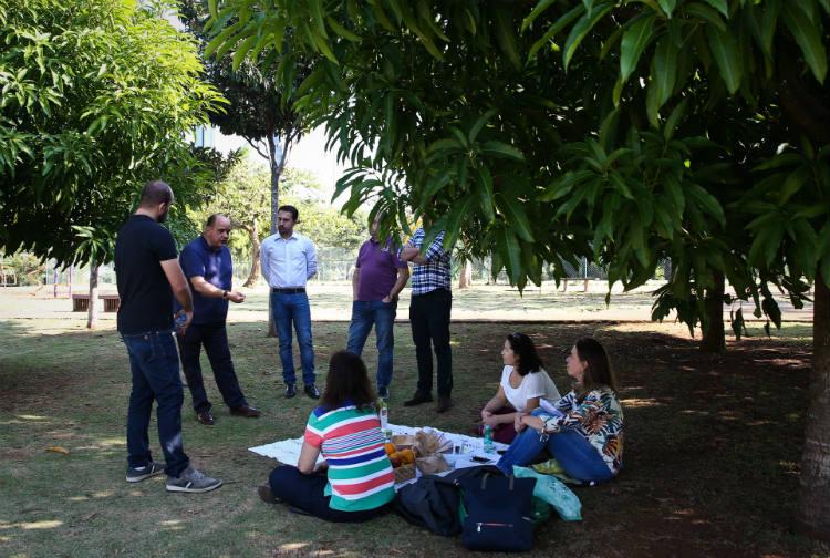 SAO PAULO/SP BRASIL. 25/05/2017 - Novas formas, mais produtivas, de fazer reunioes no trabalho. Marcelo Cansini, Presidente da World Study (camisa polo azul), faz reunioes no Parque do Povo como forma de motivar a equipe.(foto: Zanone Fraissat/FOLHAPRESS, COTIDIANO)***EXCLUSIVO***