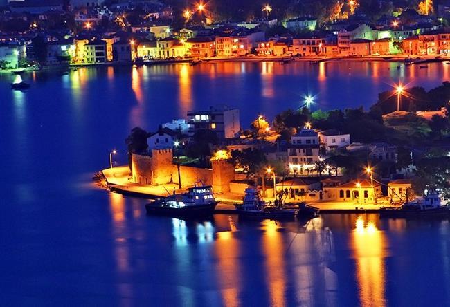 Foça Özellikle İzmir'de oturanlar için hafta sonu mekanı olan Foça, nisan-mayıs aylarında en çekici günlerini yaşar. Kahvaltıdan sonra tekne kiralayıp Siren Kayalıkları'na gidebilir, akşam saatlerinde kıyıdaki balıkçılarda yemek yiyebilirsiniz. Kıyı boyunca yapılan akşamüstü yürüyüşleri sonunda tam karşınızda batan güneşi izlemenin zevki hiçbir şeyde yoktur. Foça'nın yanındaki Kozbeyli köyünü görmeden dönmemenizi öneririz.