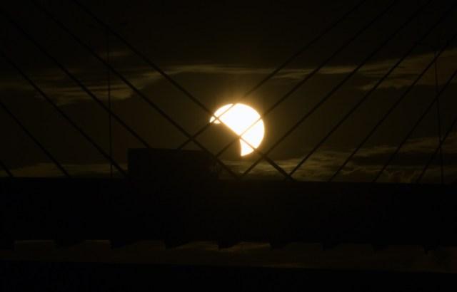 Así se vio el eclipse solar desdePorto Alegre, Rio Grande do Sul (Brasil). Decenas de miles de turistas se congrearon este martes para observar este raro fenómeno.