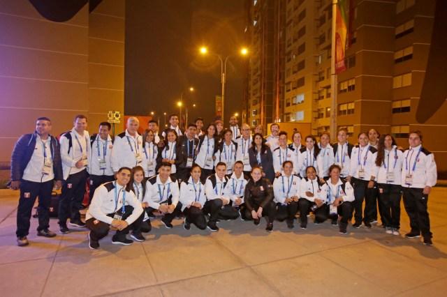 La delegación estuvo encabezada por Jenny Martínez, Jefa de Misión de Perú y recibidos por Giorgio Mautino, Alcalde de la Villa Panamericana.