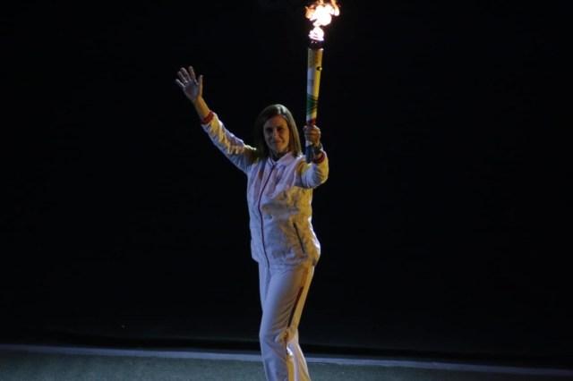 Edith Noeding llevó la antorcha en el Estadio Nacional. Le dio la posta a Lucha Fuentes