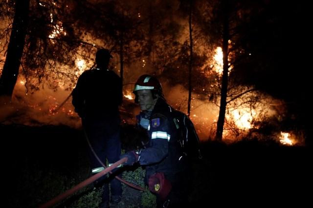 A causa de los fuertes vientos, el humo ácido fue impulsado hacia las regiones vecinas, como la península de Pelión, Ática y Atenas, donde lugareños y turistas podrían verse afectados.