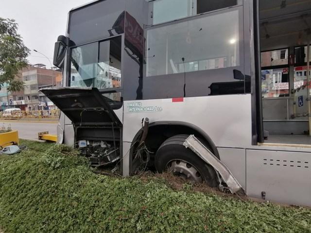 El bus quedó empotrado contra el muro central del sardinel de la vía exclusiva.