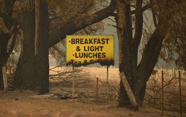 En Nueva Gales del Sur (sureste) un bombero voluntario murió y otros dos sufrieron quemaduras después de más de cinco horas combatiendo el fuego en el suroeste de Sídney, informaron los servicios rurales de incendios.