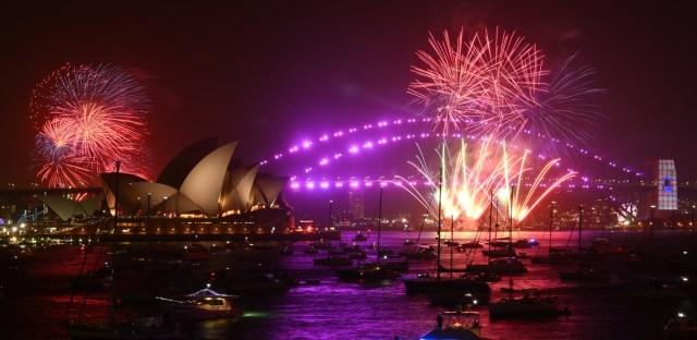 Los fuegos artificiales explotan después de la medianoche sobre el puerto de Sídney como parte de las celebraciones de Año Nuevo en Australia, el 1 de enero de 2020. Ya se lanzaron fuegos artificiales más pequeños a las 9 p.m. hora local para niños y familias.