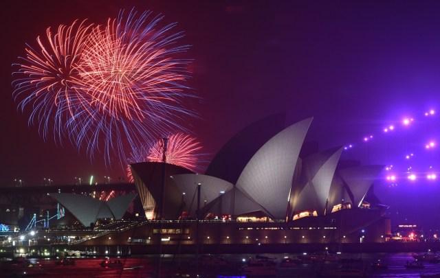Los fuegos artificiales explotan sobre el puerto de Sídney como parte de las celebraciones de Nochevieja en Sídney, Australia, el 1 de enero de 2020. Ya se lanzaron fuegos artificiales más pequeños a las 9 p.m.