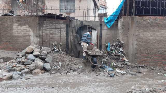 En Arequipa, autos y parque quedaron enterrados por ingreso de huaico en la zona de Pozo Negro, en el distrito de Paucarpata.