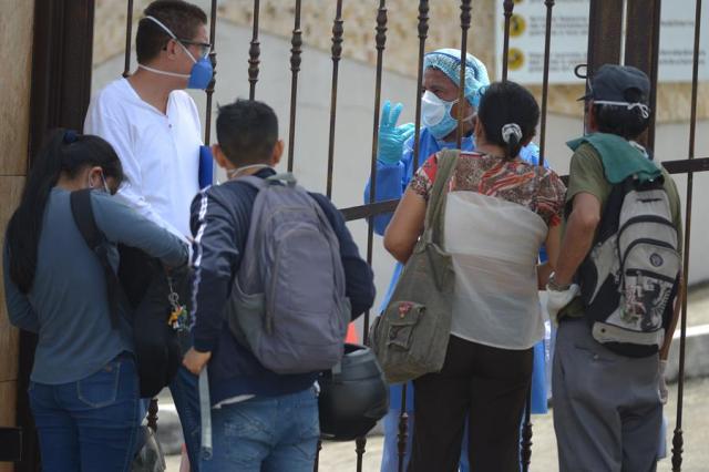 Según cifras oficiales, en Ecuadorhay 93 fallecidos por COVID-19, la mayor parte de ellos (60) en el Guayas, pero sospechan que otros 67 decesos puedan estar relacionados con esa enfermedad.