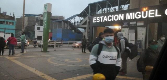 En las primeras horas del día había poca gente en los paraderos del Metro de Lima, pese a que este medio de transporte es una buena opción ante la congestión vehicular de la ciudad.