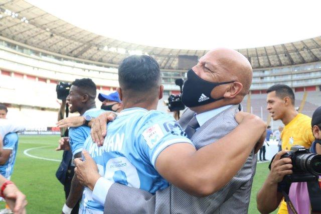 Roberto Mosquera celebra con sus jugadores.