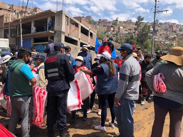 Autoridades entregan sacos sin arena a la población damnificadaen zonas afectadaspor el huaico.
