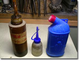 写真の左側から、切削専用油、ミシン油、機械用油