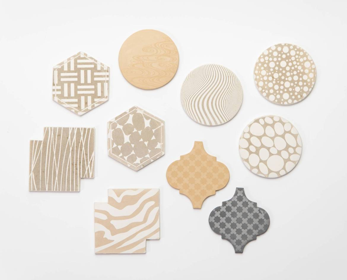 Kyo-yuzen screen-printing techniques were used to pattern Asada Kawara Factory's Kyoto Roof Tile Coasters, designed by Yoshito Nakano of the Kyoto Institute of Technology and his students. | KYOTO MUSEUM OF CRAFTS AND DESIGN
