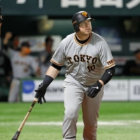 Justin Smoak left the Giants last week in order to be with his family during the pandemic.    KYODO