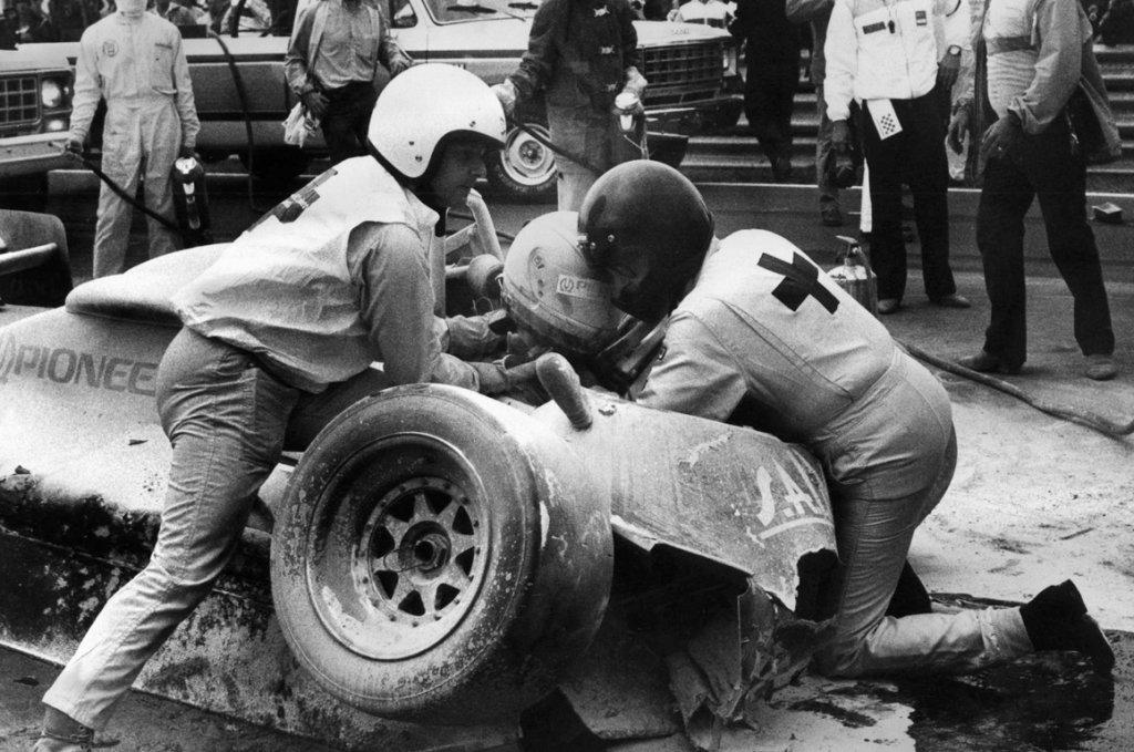 1982 - Salut Gilles et adieu Paletti. Dans un championnat du monde meurtri par la mort de son héros Villeneuve, le départ du Grand Prix est témoin de l'effroyable accident de Ricardo Paletti, son Osella se fracassant à 200 km/h dans la Ferrari de Pironi qui avait calé sur la grille. Il décèdera à l'hôpital.
